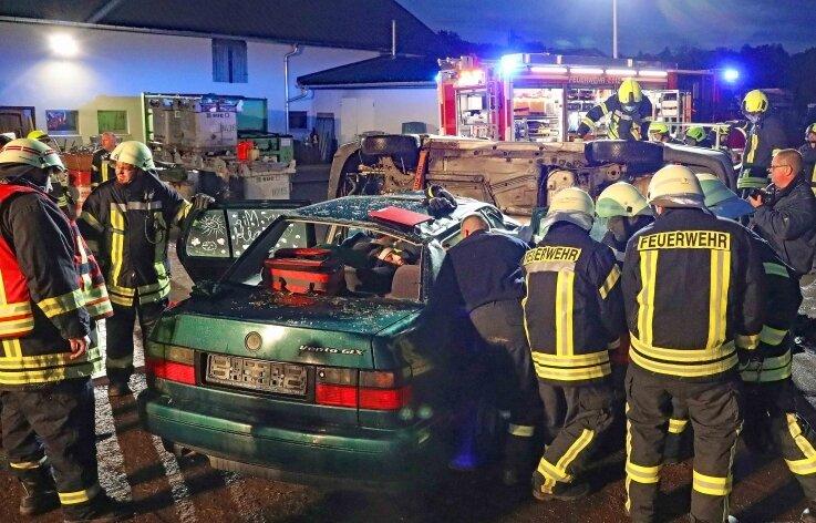 Aufgabe der Feuerwehren aus Steinpleis und Fraureuth war das Bergen verletzter und eingeklemmter Personen mit verschiedenen Techniken.