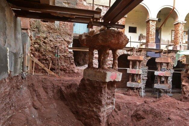 Die provisorische Abfangung der Arkadengänge erinnert an eine Ausgrabung der römischen Antike.