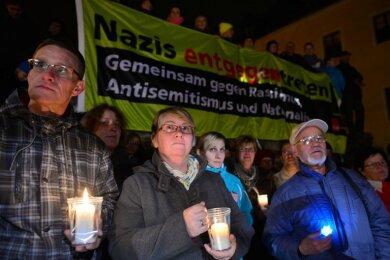 Rund 2500 Menschen haben laut Polizeiangaben am Samstag im erzgebirgischen Schneeberg Gesicht gegen fremdenfeindliche Stimmungsmache gezeigt, wie sie seit Wochen von der NPD betrieben wird.