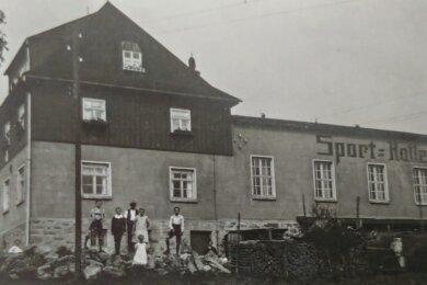 Es dürften Bewohner des Volksheims gewesen sein, die sich hier an ihren beachtlichen Holzvorräten dem Fotografen stellten.