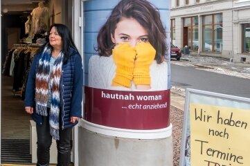 """Verkäuferin Heike Franke hielt am Dienstag vor dem Geschäft """"Hautnah"""" in Olbernhau nach Kunden Ausschau."""