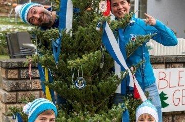 Bei Familie Tauchmann (Mike und Jacqueline Tauchmann mit ihren Kindern Oliver und Julia) im Peniger Ortsteil Thierbach gibt es nun einen Faschingsbaum.