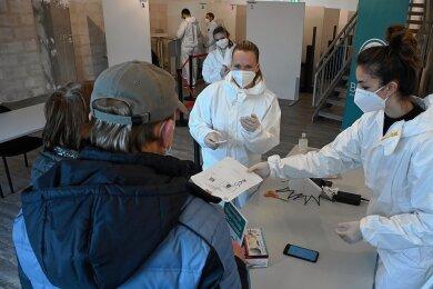 Bis zu 300 Personen können sich pro Stunde im neuen Testzentrum im Chemnitz-Center auf das Coronavirus testen lassen. Die Einrichtung ist montags bis samstags in der Zeit von 10 bis 18 Uhr geöffnet.