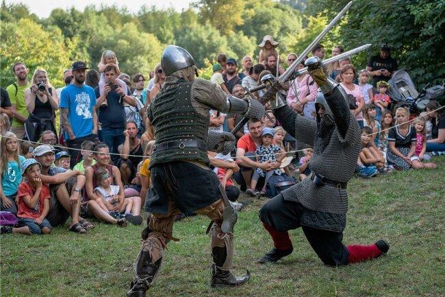 """Die Gruppe """"Flammen im Zwielicht"""" kreuzte vor Publikum die Schwerter. Damit nicht zu viele Zuschauer zusammenkamen, hielt man dieses Jahr die Kämpfe kurz und verzichtete auf eine Bühne."""