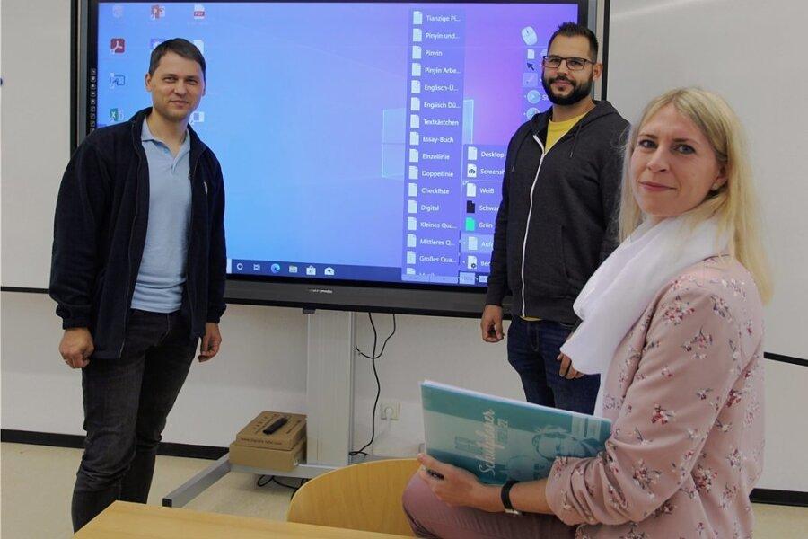 An allen DPFA-Schulen gibt es digitale Tafeln. Roman Leitsmann, Sebastian Delling und Bianca Müller (v. l.) machen sich mit der Technik vertraut. Insgesamt lernen bei der DPFA rund 3300 Schülerinnen und Schüler.