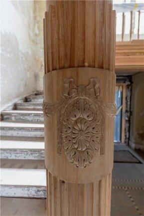 Verspielte Details: Schnitzereien an der Treppe im Foyer.