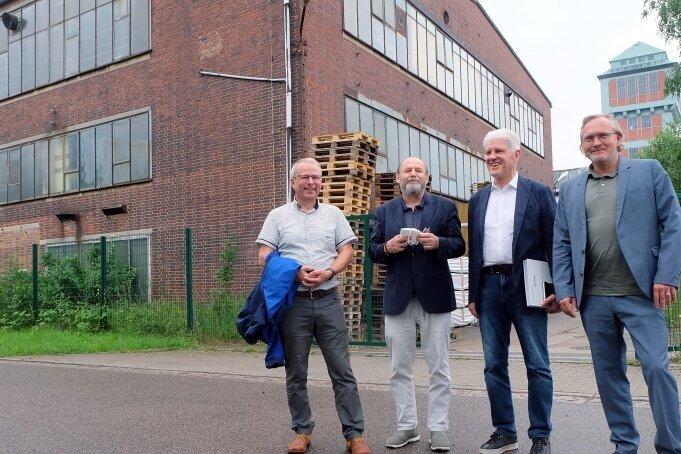 Bürgermeister Bernd Birkigt, Kurator Alexander Ochs, Galerist Wolfgang Häusler und Architekt Jens Zander (v. l.) am Gebäude 17.