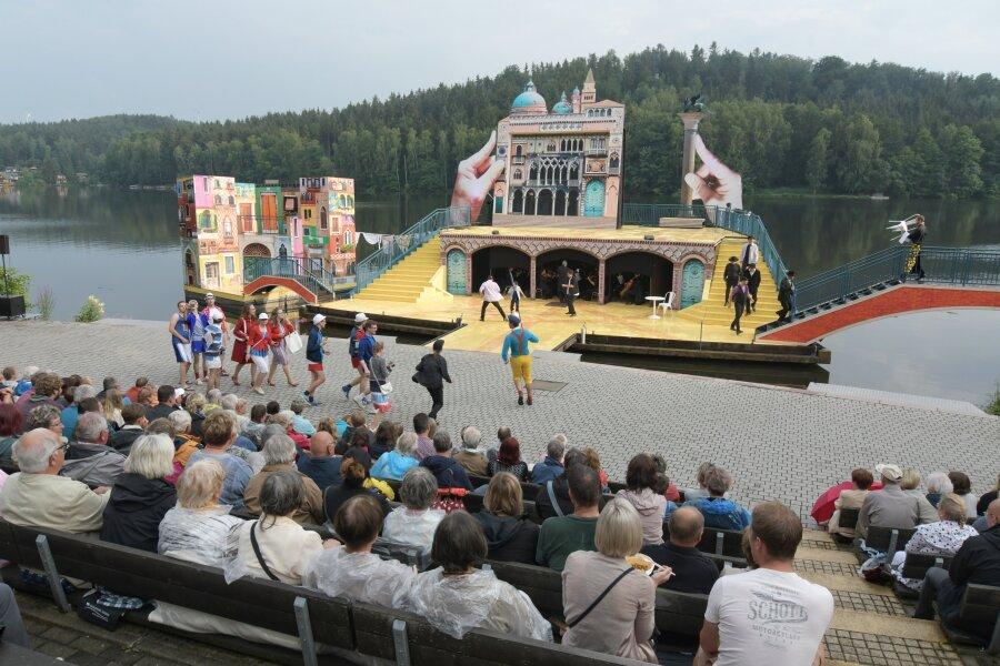 Mehr als 600 Besucher verfolgten die Premiere an der Seebühne Kriebstein.