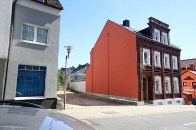 An der Schulstraße 25 klafft seit über zwei Jahren eine Baulücke. Die beschädigte Fassade des roten Ziegelbaus ist mittlerweile wieder ansehnlich.