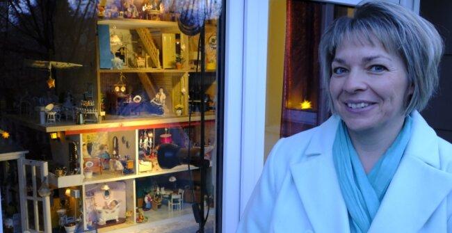 Peggy Söhnel vor dem Fenster mit dem Puppenhaus, mit dem sie einst selbst gespielt hat.