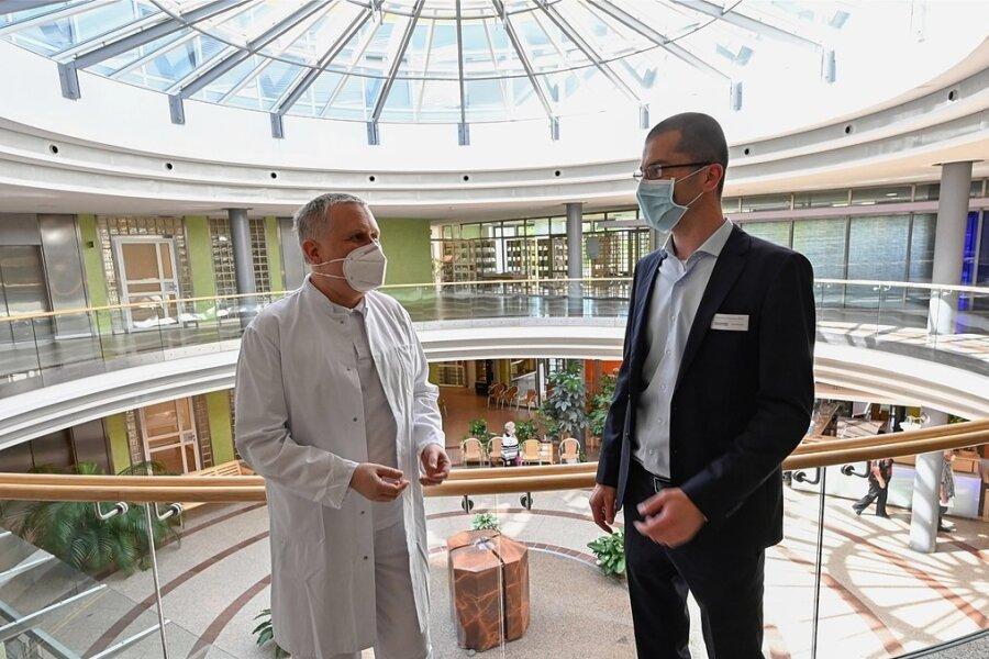 Chefarzt Dr. Frank-Günter Mewes (links) ist einer von zwei Verantwortlichen für Organtransplantation am Diakomed-Diakoniekrankenhaus in Hartmannsdorf, hier im Foyer des Hauses mit dem Kaufmännischen Geschäftsführer Johannes Härtel. Die Klinik erhält eine Auszeichnung.