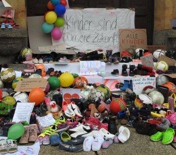 Auch Kinderschuhe lagen vor dem Werdauer Rathaus.