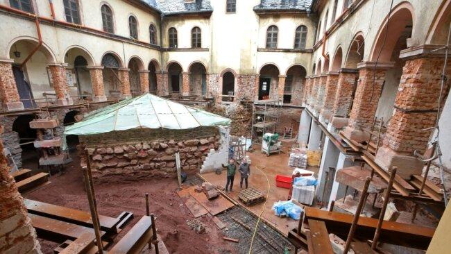 Der Schlosshof ist bis auf die Fundamente des alten Bergfrieds freigelegt worden. Auf diesem Niveau entsteht die Bodenplatte des künftigen Kellers.