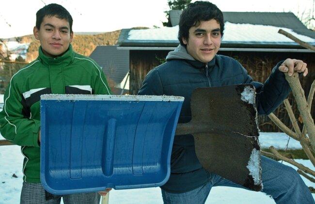 """<p class=""""artikelinhalt"""">So bald werden sie nicht wieder Schnee schippen: Diego Farfan (links) und Andres Inope fliegen am Mittwoch nach mehreren Wochen im winterlichen Erzgebirge wieder in ihr Heimatland Peru zurück.</p>"""