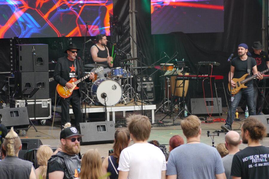"""Mediendekan Michael Hösel (links) mit seiner Band """"Brothers of Feinripp"""" beim Fakultätswettbewerb der Hochschule Mittweida."""