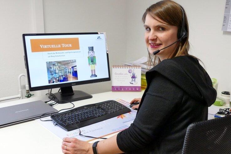 Via Computer leitet Museumspädagogin Marleen Dietz das Webseminar. In diesem Fall handelt es sich um die virtuelle Tour durch das Weihnachts- und Spielzeugmuseum der Burg Scharfenstein.