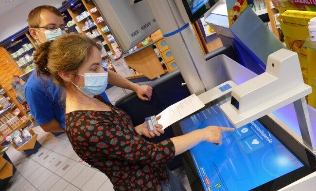 Antje Mauersberger, Inhaberin der Zschopauer Markt-Apotheke, und ihr Mitarbeiter Matthias Schneider am Gesundheitsterminal.