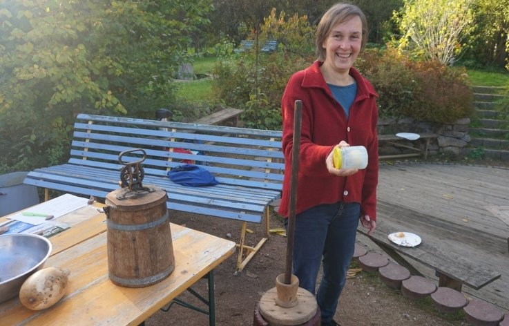 Julita Decke präsentiert alte Geräte zur Butterherstellung.