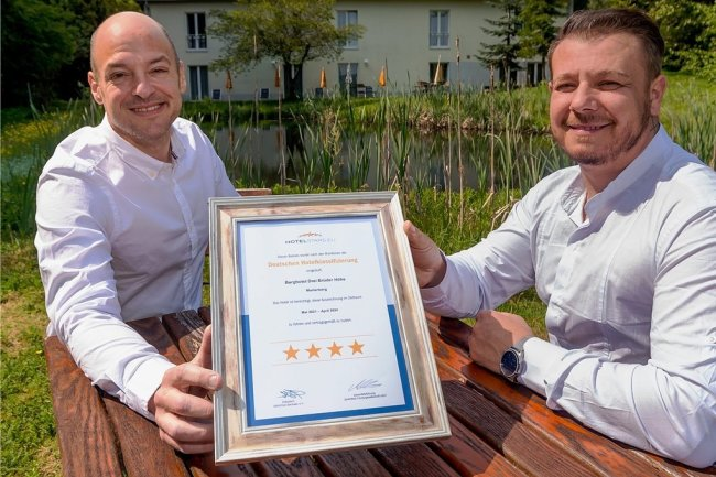 Mächtig stolz: Ori Fastlich (l.), Eigentümer der Drei-Brüder-Höhe, und sein Hotelmanager Karol Balog präsentieren die Auszeichnung, die das Haus vor Kurzem erhalten hat.