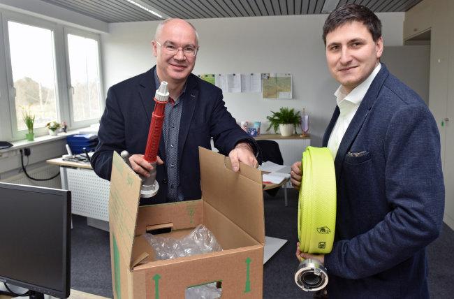 Die Umzugskisten sins ausgepackt, feuerwehrtypische Sammelstücke werden auch in den Räumen der neuen Geschäftsstelle ausgepackt: Vorsitzender Michael Tatz (links) und Kreisjugendfeuerwehrwart Roy Schlesinger.
