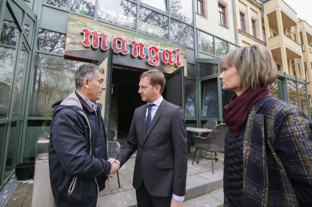 """Im Beisein von Oberbürgermeisterin Barbara Ludwig hat Ministerpräsident Michael Kretschmer am Freitag den Wirt des Restaurants """"Mangal"""", Ali Tolasoglu, besucht."""