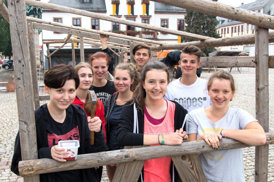 Acht Schülerinnen und Schüler unterstützen die Miskus-Mitarbeiter auf dem Festplatz.