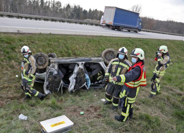 Freiwillige Feuerwehrleute aus Hohenstein-Ernstthal kontrollierten die Unfallstelle