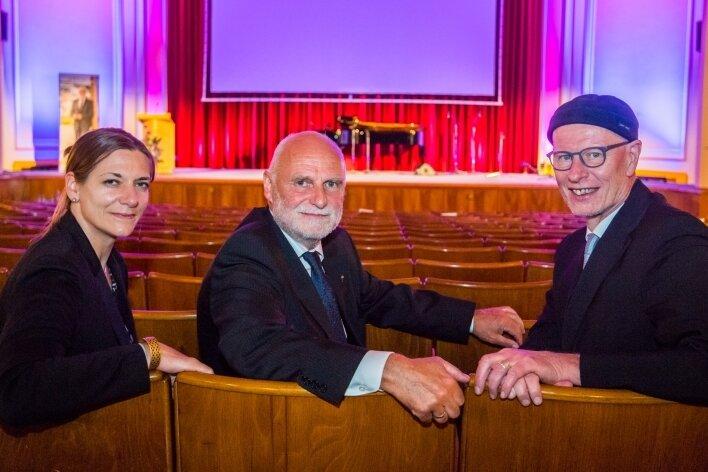 Zur Verabschiedung von Rainer Sonntag (Mitte) waren am Montag auch Dr.Viola Vogel und Dietrich Bauer vom Vorstand der Diakonie Sachsen nach Aue gekommen.