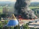 Eine schwarze Rauchsäule steigt über dem Europapark auf.