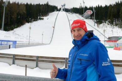 Eigentlich hätte Jörg Ungethüm in den nächsten 14 Tagen zur WM an der Schanzenanlage in Oberstdorf gestanden und nicht wie im Foto in Klingenthal. Eine Verletzung machte ihm einen Strich durch die Rechnung.
