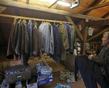 Vereinschef Peter Reinhold stellt nach dem Einbruch fest: Es fehlen kostbare Uniformen.