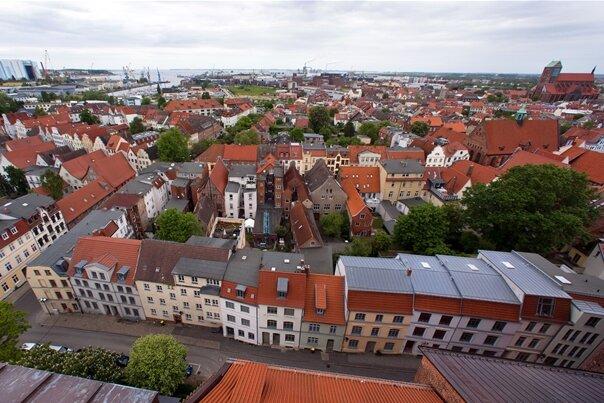 Die Altstadt von Wismar ist von der Besucherplattform auf der Georgenkirche zu sehen