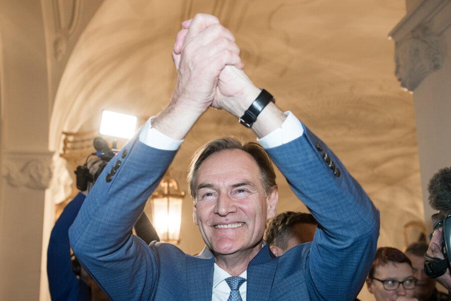Burkhard Jung (SPD) jubelt beim Betreten des Rathauses.