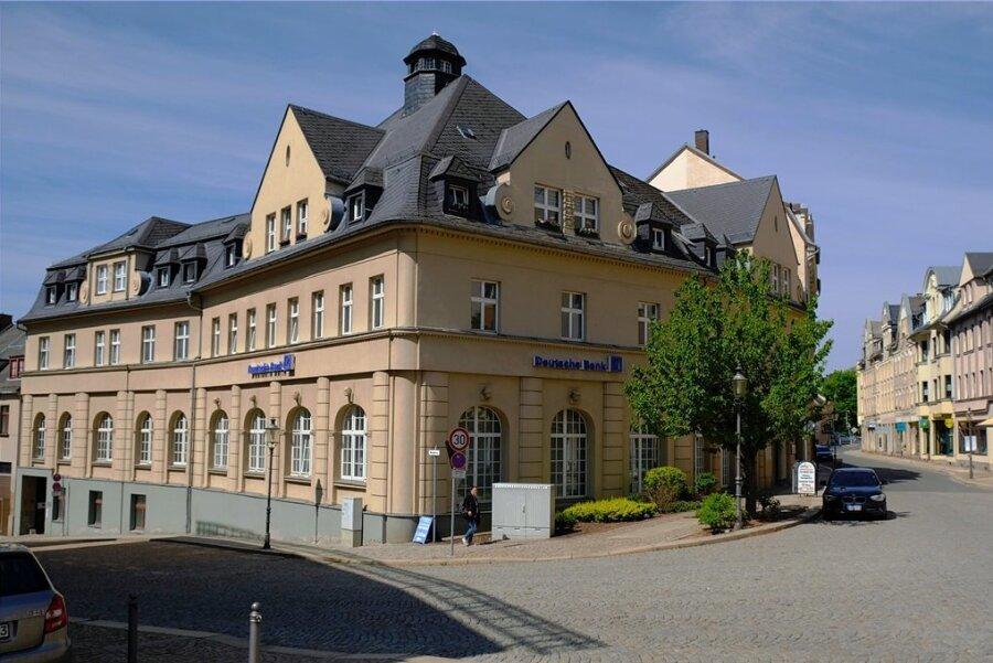 Die Deutsche Bank ist in Reichenbacher in dieses denkmalgeschützte Wohn- und Geschäftshaus an der Ecke Bahnhofstraße/Roßplatz eingemietet. Noch in diesem Jahr soll die Filiale schließen.