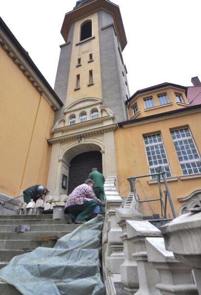 Umfangreiche Sanierungsmaßnahmen laufen derzeit an der Katholischen Kirche in Auerbach. So wurde das marode Treppenhaus im Eingangsbereich abgetragen und neu aufgebaut.
