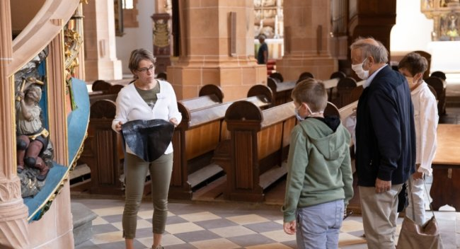Sylvia Schelter bei einer Familienführung in der Annaberger St. Annenkirche. Diese dauert etwa eine Stunde und führt kindgerecht auch in verborgene Winkel des Gotteshauses. Teilnehmer dürfen sogar mal auf das Podest steigen, von dem aus sonst der Kirchenchor singt. Und ein Arschleder spielt ebenfalls eine wichtige Rolle.
