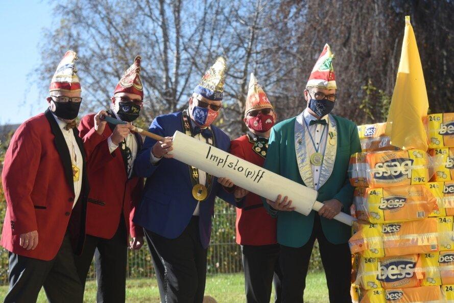Sie haben den Humor nicht ganz verloren: Die Präsidenten der Chemnitzer Karnevalsvereine Miko Runkel (Glösa), Thomas Wyrzykowski (Faschingsclub an der Chemnitz), Andreas Stoppke (Würschnitzthaler), Bernd Hänel (Altchemnitz) und Hendrik Rottluff (Grüna, von links) hoffen wohl auf einen schnellen Impfstoff, damit keiner mehr Toilettenpapier horten muss.