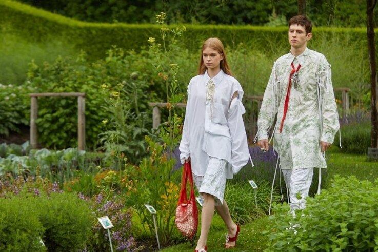 Laufsteg Gartenweg: Models führen Mode von Mode-Design-Student Lars Witkowski vor. Die Kleidung ist in Bio-Baumwolle sowie Jersey gefertigt, genderneutral und durch einen floralen Aufdruck gekennzeichnet.