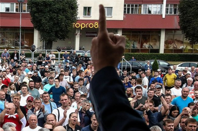 Arbeiter einer großen belarussischen Düngerfabrik nehmen an einer Protestaktion gegen die Regierung in der Stadt Soligorsk im Süden des Landes teil.