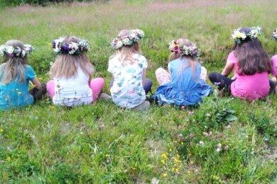 Blumenkränze, die von den Klingenthaler Blumenmädchen mit ihrer Chefin Janine Weidlich mit Ferienkindern anfertigt wurden.