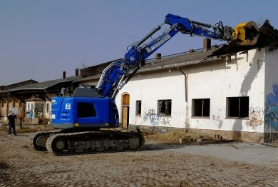 Oberbürgermeister Raphael Kürzinger setzte persönlich den Greifer des Baggers am ersten Gebäude an.