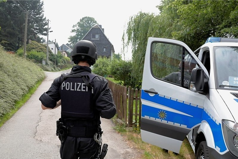 Polizisten in Schutzausrüstung suchten am Montag in Chemnitz und Umgebung nach einem Mann, der möglicherweise bewaffnet ist. Im Limbach-Oberfrohnaer Ortsteil Pleißa wurde ein Grundstück abgeriegelt. Anwohner berichten, dabei seien auch Panzerwagen zum Einsatz gekommen.