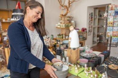 """Am Freitag wird Ines Rechenberger ihr Geschäft in der Großen Kirchgasse schließen. Vor fünf Jahren eröffnete sie den """"Sinneswandel"""". Ein Teil des Sortiments wird künftig im Crottendorfer Räucherkerzenland verkauft."""