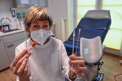 Die Chemnitzer Gynäkologin Dr. Petra Küllig zeigt das Zubehör für die zwei Tests auf Gebärmutterhalskrebs. In ihrer rechten Hand: Entnahmebürste und Reagenzglas zum HPV-Test, in ihrer linken: Bürste, Wattestab und Objektträger zum Pap-Abstrich.