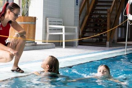 Schwimmlehrerin Antje Rülke gibt Drittklässlern Tipps für ihre Schulschwimmüberprüfung.