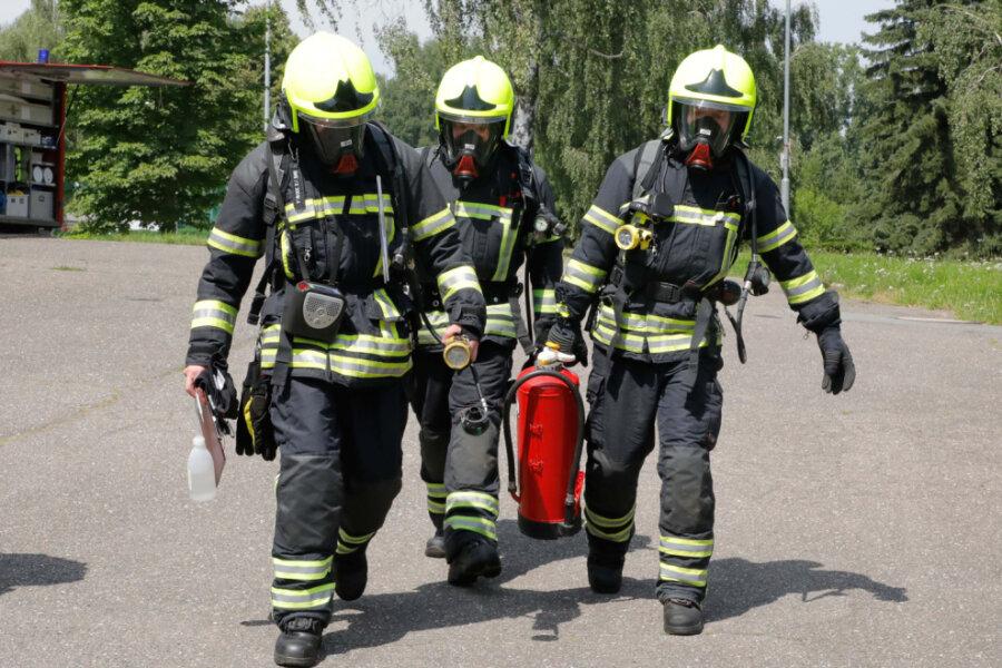 Die Feuerwehr ist an der Eissporthalle im Einsatz.