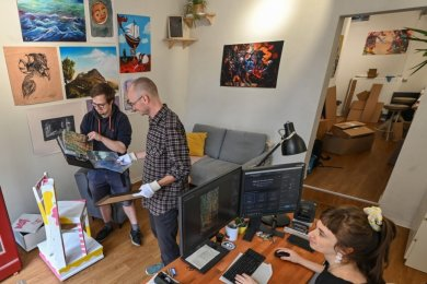 """Die Gründer des """"Kombinat Lump"""" Marco Henkel, Nino Micklich und Anja Jurleit (von links) bei der Auswahl von Arbeiten der Künstler."""
