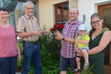 Ute und Andreas Rogler übergeben den Schlüssel an die neuen Betreiber Martin und Marie-Luise Rißmann mit Sohn Benjamin. Foto: Joachim Thoß