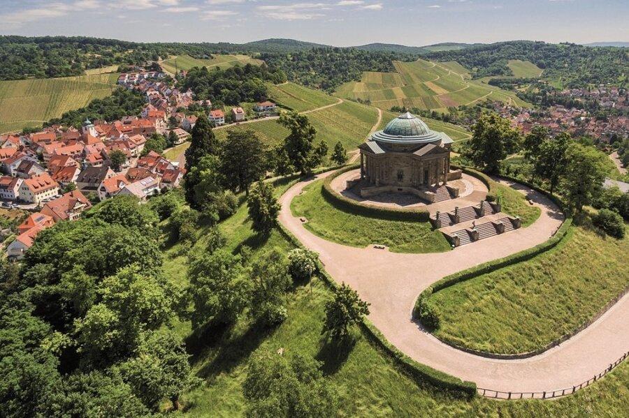 Stuttgart von oben: Die Grabkapelle auf dem Württemberg wurde von König Wilhelm I. für seine jung verstorbene russische Gemahlin Katharina erbaut. Sie gilt vielen Liebenden als romantischster Ort im ganzen Ländle.
