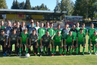 Vor dem Anstoß zum Saisoneröffnungsspiel präsentierten sich Vogtlandauswahl (grüne Trikots) und VfB Auerbach dem Fotografen.